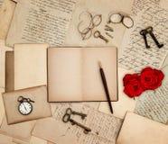 Antikes Zubehör, alte Buchstaben, Uhr, Rotrose Lizenzfreies Stockfoto