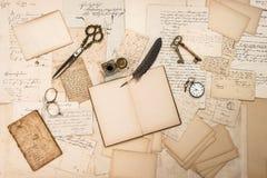 Antikes Zubehör, alte Buchstaben und Weinlese schwärzen Stift mit Tinte Lizenzfreie Stockbilder