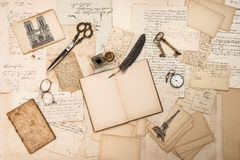 Antikes Zubehör, Paris-Postkarten, alte Buchstaben, Tintenstift Lizenzfreie Stockfotos
