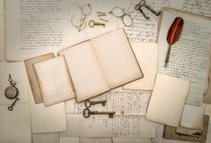 Antikes Zubehör und Bürogebührn, alte Buchstaben und Postkarten Stockfotografie