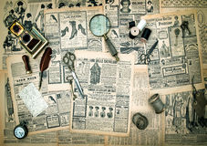 Antikes Zubehör, Weinlesemode-Zeitungswerbung Stockfoto
