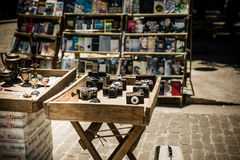 Antikisieren Sie benutzte Kameras auf Anzeige an einem Markt im Freien lizenzfreies stockbild