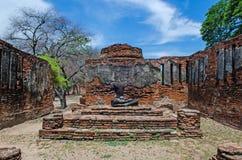 Antikt Buddhastatysammanträde royaltyfria bilder