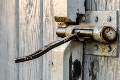 Antikt dörrlås i bygden Arkivbilder