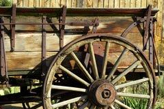 antikt gammalt vagnhjul royaltyfria bilder