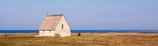 Antikt hus i bygden i Gotland Royaltyfria Foton