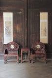 Antikt kinesiskt möblemang i historisk byggnad Arkivfoto