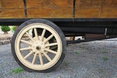 Antikt lastbilhjul Arkivfoton