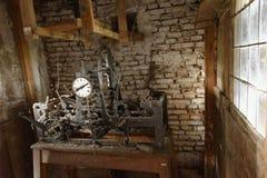 Antikt maskineri med klockan royaltyfri foto