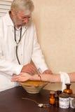 Antikt medicinskt tillvägagångssätt av att låta blod Arkivfoton