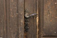 Antikt metalldörrhandtag på gamla trädörrar Knopp för tappningjärndörr royaltyfri foto