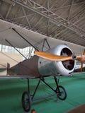 Antikt militärt flygplan på kungligt museum för skärm av beväpnade Forc Arkivbilder
