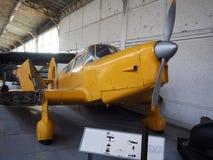 Antikt militärt flygplan på skärm Bryssel Belgien Arkivbild