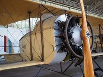 Antikt militärt flygplan på det kungliga museet för skärm av det beväpnat Royaltyfri Fotografi
