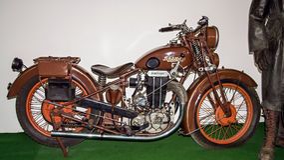 Antikt motorcykelmärke Shuttoff 500, 1930, motorcykelmuseum Royaltyfri Foto