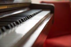 Antikt pianoslut upp röd bakgrund arkivbilder