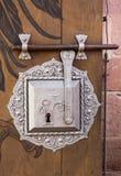 Antikt silverdörrlås på timmer Arkivfoton