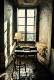 antikt skrivbord Historisk korpulpet framme av ett fönster Arkivfoton