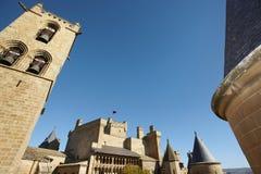 Antikt slott- och klockatorn i Olite Navarra Spanien Royaltyfri Foto