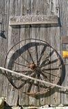 Antikt tecken- och metallhjul Royaltyfria Bilder