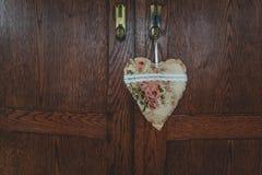 Antikt trähemligt lås med hjärtahängaren som göras ut ur tyg arkivbild