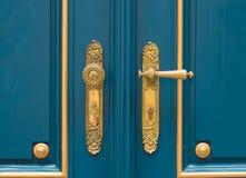 Antikt utsmyckat guld- dörrhandtag royaltyfri foto