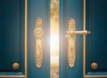 Antikt utsmyckat guld- dörrhandtag royaltyfri fotografi