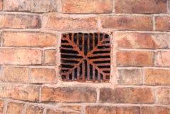Antikt ventilationstegelstenraster royaltyfria bilder