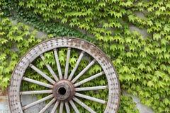 Antikt wood vagnshjul Royaltyfri Bild