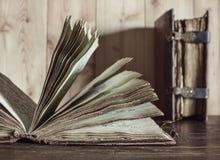 Antikvariska böcker Sidor med text royaltyfria foton