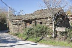 Antikvitet övergett hus på Campillo de Ranas Royaltyfria Bilder