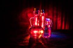 Antikvitet- och tappningglasflaska på mörk dimmig bakgrund med ljus Gift eller magiflytandebegrepp fotografering för bildbyråer