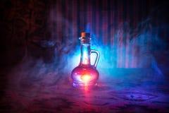 Antikvitet- och tappningglasflaskor på mörk dimmig bakgrund med ljus Gift eller magiflytandebegrepp royaltyfria foton