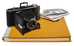 Antikvitet svart, fick- kamera, gamla fotoalbum, retro svartvita fotografier Royaltyfria Bilder