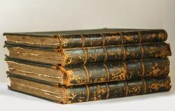 Antikvitetböcker med slitna sidor Arkivfoto