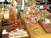 Antikviteten anmärker till salu i en loppmarknad arkivfoton