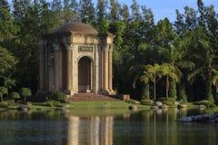 Antikviteten av paviljongen i parkera arkivbilder