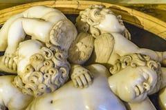 Antikviteten behandla som ett barn nära övre för skulptur royaltyfria bilder