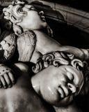 Antikviteten behandla som ett barn nära övre för skulptur royaltyfri bild