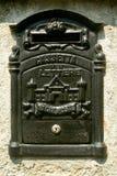 Antikviteten belägger med metall brevlådan royaltyfri foto