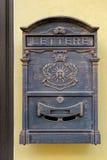 Antikviteten belägger med metall brevlådan arkivbild