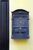 Antikviteten belägger med metall brevlådan arkivfoton