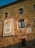 Antikviteten belägger med tegel soluret på forntida gör envist motstånd Estany royaltyfria bilder