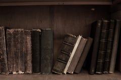 antikviteten books bokhyllan Destinerade tappningböcker för gammalt läder royaltyfri foto