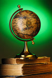 antikviteten books jordklotet royaltyfria bilder