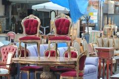 antikviteten chairs loppmarknaden arkivfoton