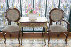 antikviteten chairs tabellen royaltyfri bild