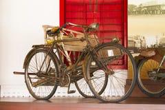 Antikviteten cyklar utanför royaltyfri fotografi