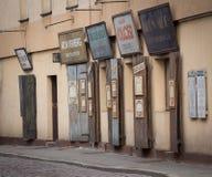 Antikviteten gamla, pre-krig judiskt tecken och shoppar fönster Krakow im Polen mars 2017 royaltyfria bilder