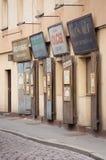 Antikviteten gamla, pre-krig judiskt tecken och shoppar fönster Krakow im Polen mars 2017 arkivfoton